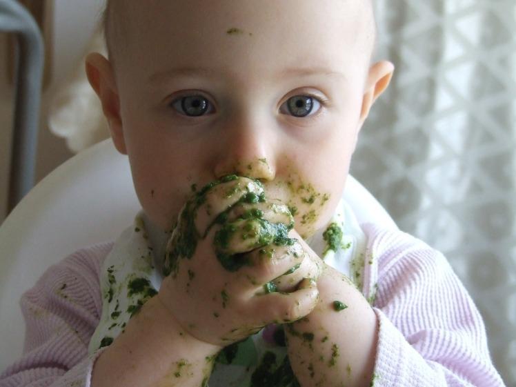 bébé mange seul